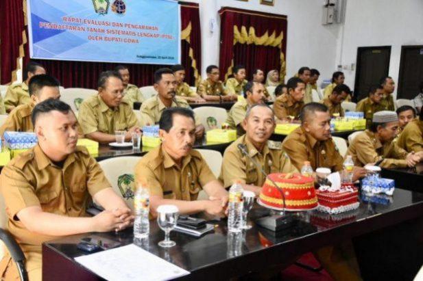 Sekkab Gowa Muchlis Didampingi Pejabat BPN Gowa memberikan laporan pada kegiatan rapat evaluasi dan pengarahan PTSL di Baruga Karaeng Pattingalloang, Senin (15/4/2019)