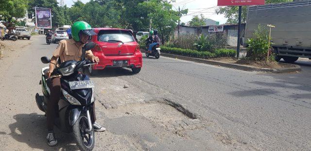 Jalan Parah yang berlubang dan bergelombang di Jl Hertasning sangat memprihatinkan, Kamis (25/4). (BERITA.NEWS)