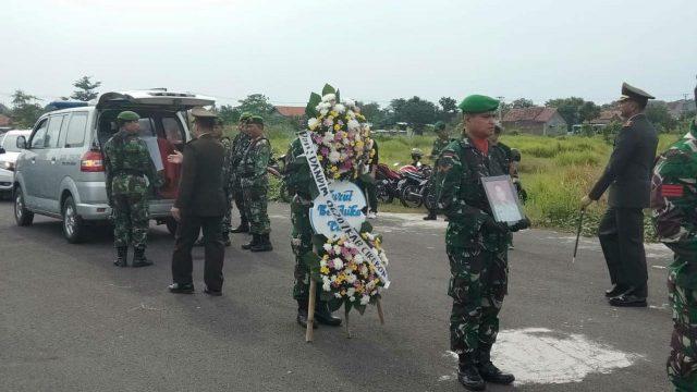 Prosesi pemakaman militer dilakukan terhadap Ketua KPPS 13 Desa Kecomberan Kabupaten Cirebon Letkol Inf (purn) Ngadiono Supaat. (int)