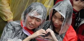 Pasangan gay menyambut suka cita di luar gedung parlemen Taiwan usai pengesahan RUU Pernikahan Sesama Jenis, di Taipei, Jumat (17/5/2019). (Foto: EPA)