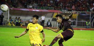 Pemain PSM Makassar, M. Rahmat (kanan) menendang bola yang berusaha direbut pemain Semen Padang pada pertandingan pekan ke-1 Liga 1 Indonesia 2019 di Stadion Andi Mattalatta, Makassar, Senin (20/5/2019). (Foto: BERITA.NEWS)