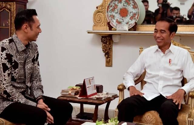 Komandan Kogasma Partai Demokrat, Agus Harimurti Yudhoyono (kanan) bertemu dengan Presiden Jokowi, di Istana Merdeka, Kamis (2/5/2019). (Instagram)