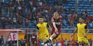 Pemain PSM Makassar, Wiljan Pluim (tengah) saat pertandingan melawan Bhayangkara FC pada Piala Indonesia 2018, di Stadion Andi Mattalatta, Makassar beberapa waktu lalu. (Foto: Instagram/psm.corner)
