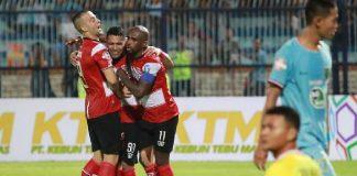 Tiga pemain Madura United (kiri) berpelukan usai mencetak gol ke gawang Persela Lamongan, di Stadion Surajaya, Lamongan, Jumat (17/5/2019). (Foto: Instagram/Maduraunited.fc)