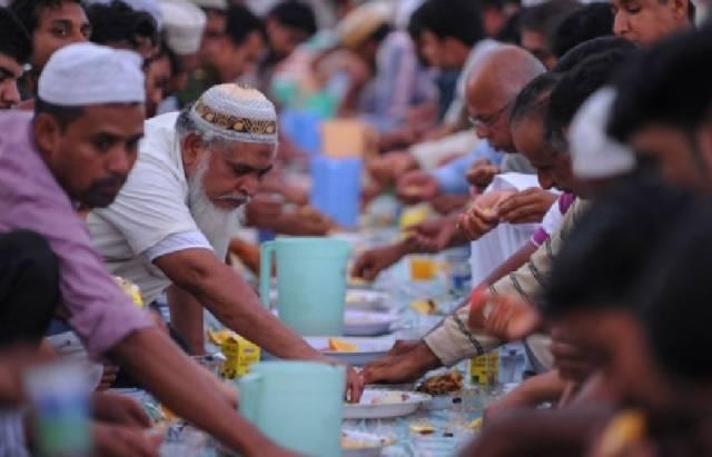 Warga Oman saat berbuka puasa bersama. (Ilustrasi/Times of Oman)