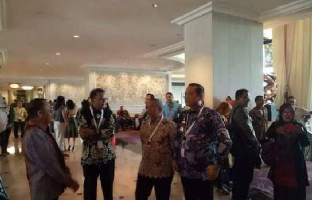 Bupati Kabupaten Luwu, Basmin Mattayang (kanan) berbincang dengan Gubernur Provinsi Sulsel Nurdin Abdullah (kedua kiri) pada Musrembangnas 2019, di Hotel Sangri-La, Jakarta, Kamis (9/5/2019). (IST)