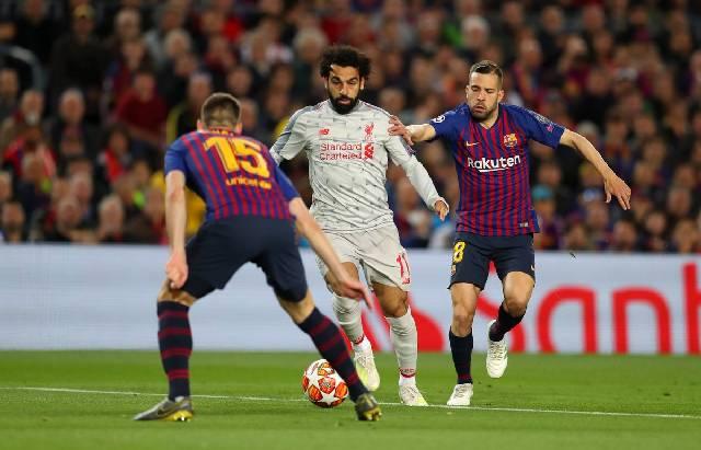 Penyerang Liverpool, Mohamed Salah (tengah) dibayangi dua pemain Barcelona pada pertandingan leg pertama semifinal Liga Champions, di Camp Nou. (Twitter/LFC)