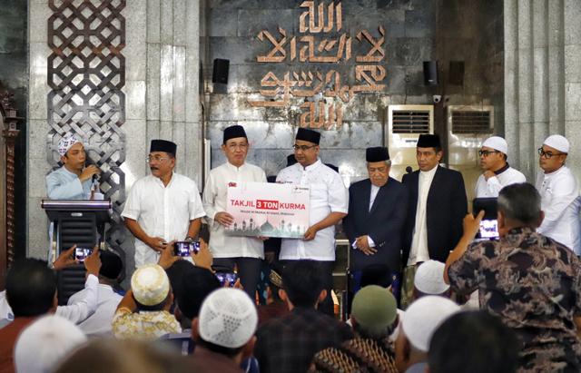 Executive Vice President Area Pamasuka, Ronny Arnaz, saat menyerahkan bantuan kurma secara simbolis kepada Imam Masjid Al Markaz Al Islami. Prof. Dr. H Abdurrahman Getteng, di Masjid Al Markaz Al Islami Makasar Jum'at (3/5/19).