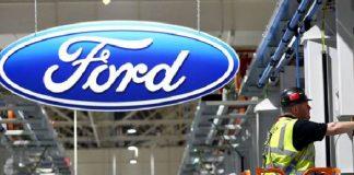 Seorang pekerja di pabrik pembuatan mobil Ford. (BBC/Getty Images)