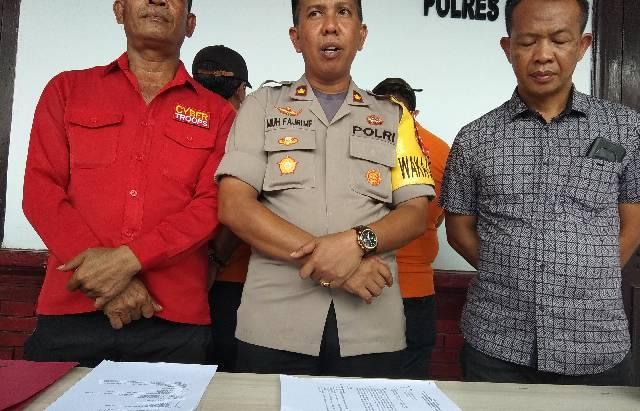 Wakapolres Gowa, Kompol Muh Fajri saat didampingi Kasubag Humas dan Kasat Reskrim Polres Gowa dalam press conference penetapan tersangka kasus Kota Idaman Pattalassang.