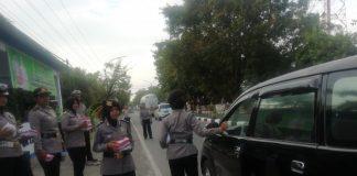 Satlantas Polres Takalar membagikan takjil ke pengendara di jalan Poros Takalar Jalan Jendral Sudirman, Jumat (17/5/2019).