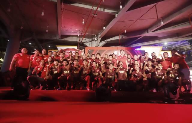 Para pemain, pelatih dan oficial PSM Makassar pada launching jersey untuk musim 2019 di Mall Nipah, Jalan Urip Sumoharjo, Makassar, Sabtu (4/5/2019). (BERITA.NEWS/IA)