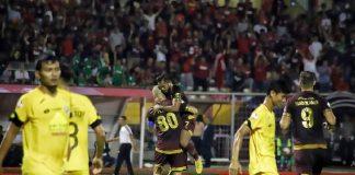 Pemain PSM Makassar, Zulham Zamrun (tengah) memeluk Wiljan Pluim usai mencetak gol ke gawang Semen Padang, di Stadion Andi Mattalatta, Senin (20/5/2019) malam. (Foto: BERITA.NEWS/AIR)