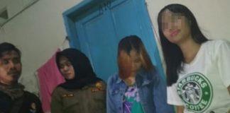 Personel Satpol-PP dan razia tim gabungan melakukan yustisi kost di daerah Rappocini Kota Makassar (HUMAS)