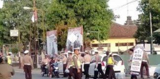 Pihak Kepolisian Berbagi Takjil Bagi Pengguna Jalan