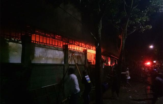 Suasana kebakaran Ruko Pasar Sentral Sinjai, diselimuti si jago merah