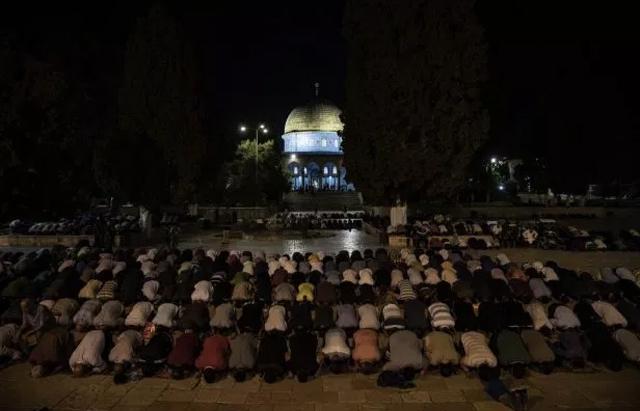 Warga Palestina melaksanakan Salat Tarawih di pekarangan Masjdi Al-Aqsa, Yerusalem. (INT)