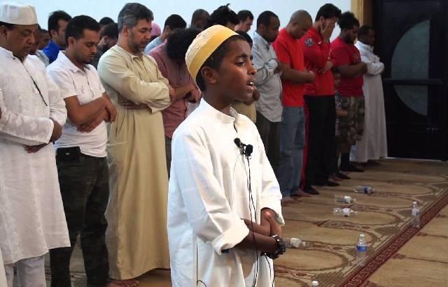 Omar Sharif, seorang imam muda dari Islamic Center of Tennessee, Amerika Serikat, memimpin Salat Tarwih. (Pinterest/Zena Zarena Ali)