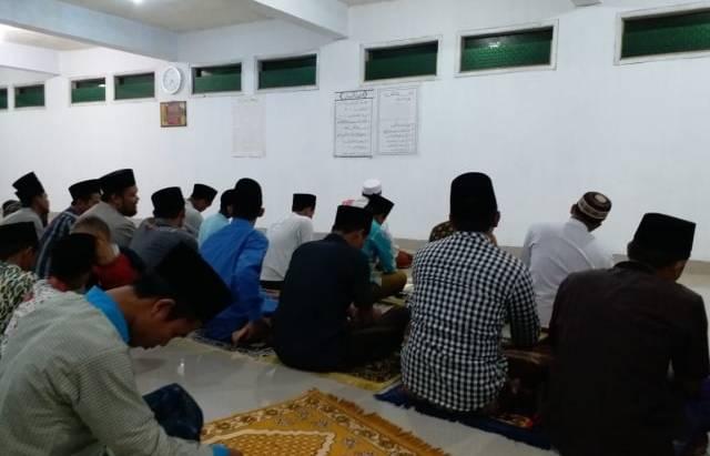 Jamaah Salat Tarawih di Masjid Pondok Pesantren Al-Qur'aniyah, Desa Dukuhjati, Kecamatan Krangkeng, Kabupaten Indramayu, Jawa Barat. (Kumparan)