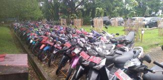 Ratusan Kendaraan Dinas Pemprov yang akan di lelang terparkir di lapangan upacara kantor gubernur