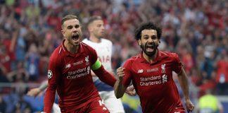 Pemain Liverpool, Mohamed Salah (kanan) melakukan selebrasi usai mencetak gol ke gawang Tottenham Hotspur pada pertandingan final Liga Champions Eropa, di Wanda Metropolitano Stadiumn, Madrid, Minggu (2/6/2019). (Foto: INT)