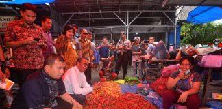 Gubernur Sulsel Nurdin Abdullah dan PJ Walikota Makassar saat tinjau pasar di Makassar.