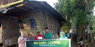 Bendahara LazisNU Takalar Dhirga Adipaty (Baju hijau) serahkan bantuan zakat fitrah ke salah satu warga di Kabupaten Takalar, Selasa (4/6/2019).(Berita.news/Abdul Kadir)