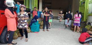 Sejumlah warga mengantri tabung gas 3 Kg di pangkalan LPG St. Aminah di Jalan Merpati, Bantaeng, Senin (10 /6/2019).(Berita.news/Fitriani Aulia Rizka)