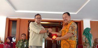 Asisten I Setda Bantaeng, Hartawan Zainuddin dan Ketua P2KKN Unhas, Dr. Muhammad kurnia. (Berita.news/Fitriani Aulia Rizka).