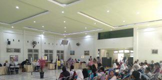 Suasana verifikasi data PPDB Online jalur zonasi di SMAN 5 Makassar.