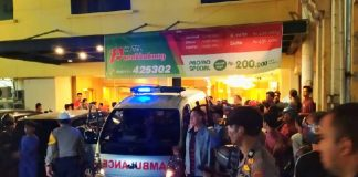Mobil ambulance yang digunakan mengevakuasi jenazah Anggota DPRD Kabupaten Kolaka Utara yang ditemukan meninggal dunia disalah satu kamar Hotel Panakukkang Makassar, Minggu (23/6/2019). (Foto: IST)