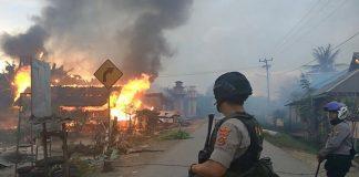 Sekitar 87 rumah warga Desa Gunung Jaya, Kecamatan Siotapina, Kabupaten Buton, Sulawesi Tenggara, dibakar sekelompok pemuda dari desa tetangganya, Desa Sampuabalo. Rabu (5/6/2019). (Foto : Kompas.com/DEFRIATNO NEKE)