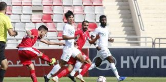 Pemain Timnas Yordania (baju merah) menendang bola ke arah gawang Timnas Indonesia pada pertandingan FIFA Match Day, di Stadion King Abdullah II, Amman, Yordania, Selasa (11/6/2019). (Foto: PSSI)