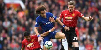 Bek Chelsea, David Luiz (tengah) berebut bola dengan dua pemain Manchester United di pertandingan Liga Premier Inggris 2018/2019. (Foto: Getty Images)