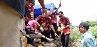 Sekretaris Daerah Gowa, Muchlis saat melakukan peletakan batu pertama pembangunan Drainase.(Berita.news/ACP).