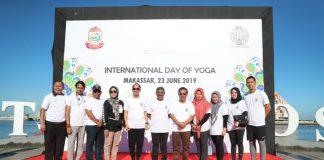 "BERITA.NEWS, Makassar -Pemkot Makassar dan Konjen India bekerjasama untuk menyelenggarakanFestival Yoga Internasional diAnjungan Pantai Losari, Minggu (23/06/2019) pagi. Pemerintah Kota Makassar berhasil merebut animo warga Anging Mammiri dalam Festival Yoga Internasional. Lewat yoga, peserta dapat merelaksasi anggota tubuh yang lelah dan juga sebagai wadah dalam mencari ketenangan jiwa. Festival ini sebelumnya diadakan di Bali dan Surabaya, ini merupakan kebanggaan untuk kota Makassar. Hal inipun di sambut baik oleh Sekretaris Daerah Kota Makassar M Ansar yang juga turut hadir sekaligus membuka kegiatan. ""Suatu kehormatan Makassar dipilih untuk kegiatan internasional, dan yoga ini bukan olah raga yang baru bagi warga Makassar namun memang dalam prakteknya harus membutuhkan ruangan yang cukup lapang dan konsentrasi yang penuh,"" ujar Ansar. Sementara itu Konjen India untuk Indonesia Sunil Babusa mengapresiasi sambutan warga Makassar dan berharap event lanjutan lainnya juga bisa mendapat respon seperti ini. ""Luar biasa Makassar, ini baru kali pertama diadakan tapi semua menyambut dengan baik, saya begitu senang dan berterima kasih akan hal ini. Selanjutnya kita akan buat lagi kegiatan lanjutan,"" pungkasnya. Dalam memandu kegiatan yoga ini nampak Sanjay Choudhary Guru yoga di Swami Vivekananda Cultural Center Bali yang memberikan instruksi gerakan, mulai dari gerakan menyeimbangkan tubuh, pikiran, hingga jiwa. Hadir pula memenuhi undangan Kadispora Makassar Hendra Hakamuddin, Kadinsos Makassar Akhmad Namsum, Kepala Bappeda Iriani, para SKPD lingkup Pemerintah Kota Makassar, dan juga komunitas yoga di Makassar. Ratih Sardianti Rosi Sekretaris Daerah Kota Makassar M Ansar,Kadispora Makassar Hendra Hakamuddin, Kadinsos Makassar Akhmad Namsum, Kepala Bappeda Iriani, para SKPD lingkup Pemerintah Kota Makassar, dan juga komunitas yoga di Makassar saat menghadiriFestival Yoga Internasional diAnjungan Pantai Losari, Minggu (23/06/19)."