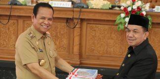 Penyerahan Draf RPJMD oleh Bupati Luwu H Basmin Mattayang kepada Ketua DPRD Luwu Andi Muharrir. (Berita.news/Asri).