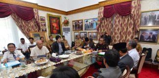 Gubernur Sulsel Nurdin Abdullah bahas solusi atasi bau busuk di pantai Losari. (Berita.news/KH).