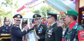 Kapolres Takalar AKBP Gany Alamsyah saat memberikan penghargaan dari Kapolda Sulsel kepada dandim 1426 Takalar. (Berita.news/Abdul Kadir).