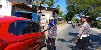 Kepala UPT Pendapatan Wilayah Takalar, H Zainab Saleh bersama Sat Lantas Polres Takalar saat memeriksa STNK.(Berita.news/Abdul Kadir).
