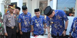 Bupati Gowa, Adnan Purichta Ichsan didampingi Camat Somba Opu meresmikan Masjid Amirul Mukminin. (Berita.news/ACP).