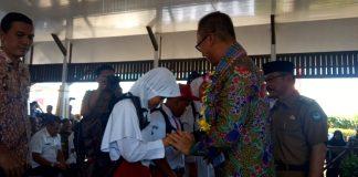 Penyerahan bantuan peralatan sekolah secara simbolis oleh Menteri Sosial RI Agus Gumiwang Kartasasmita kepada siswa SD dan SMP di Gowa. (Berita.news/ACP).