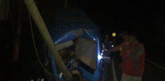 Mobil Pete-pete penyok setelah menabrak tiang listrik di Tanete, Bulukumba. (Berita.news/IL).