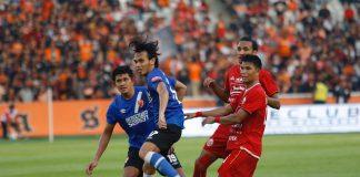 Pemain PSM saat berlagak melawan pemain Persija Jakarta di Stadion Gelora Bung Karno. (Berita.news).