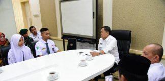 Kasatria Jaya Saputera dari SMA Negeri 3 Luwu dan Ulfiatussaah dari SMA Negeri 7 Sinjai saat dikantor Gubernur Sulsel. (BERITA.NEWS/KH).