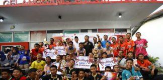 Pj Wali Kota Makassar Dr M Iqbal S Suhaeb saat foto bersama siswa SMP 18 Makassar di Lapangan Futsal Telkom Jalan Sultan Alauddin Makassar, Jumat (26/7/2019).(BERITA.NEWS/Ratih Sardianti Rosi).