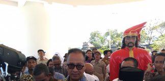 Menteri Sosial Republik Indonesia, Agus Gumiwang Kartasasmita usai melakukan peresmian renovasi Makam Sultan Hasanuddin. (Berita.news/ACP).