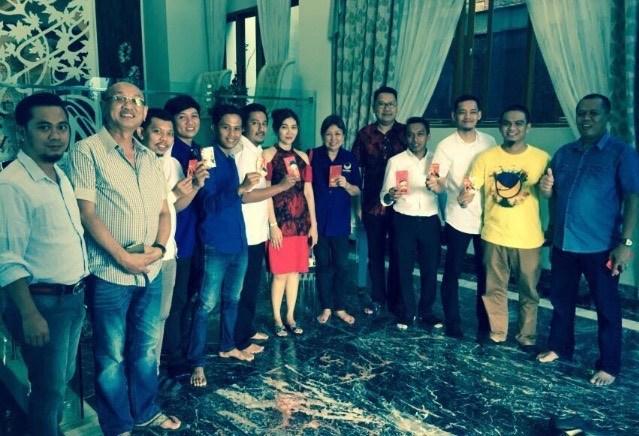Bendahara DPW Nasdem Sulsel, Ferry Tandriady (kelima kanan) saat perayaan imlek di rumahnya di bilangan Boulevard Panakukkang (int)