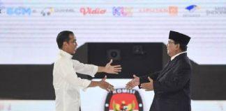 Capres Joko Widodo dan Prabowo Subianto bersalaman pada debat Pilpres 2019 beberapa waktu yang lalu. (Antara Foto/Hafidz Mubarak)