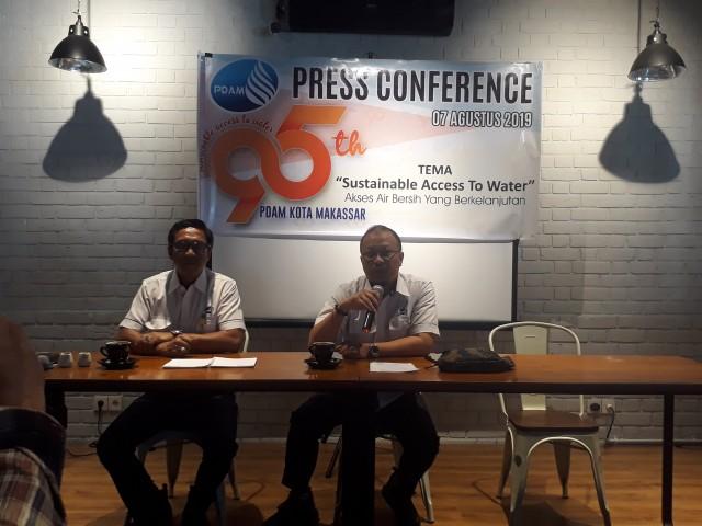 Dirut PDAM Makassar, Haris Yasin Limpo (kanan) dan Wakil Ketua Panitia perayaan HUT PDAM Ke-95, Idris Tahir (kiri) saat melakukan konferensi pers di Cafe Iconic, Jl Amanagappa Makassar, Sulsel, Rabu (7/8/2019). (BERITA.NEWS/Ratih Sardianti Rosi).